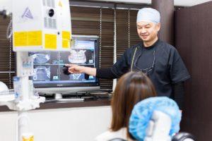 全顎治療計画を作成し、患者に説明しています。